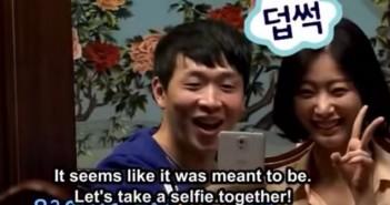 Chico y chica que acuden a un restaurante para singles en Corea y se hacen un selfie