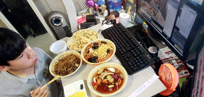 Mukbang-comer delante de una cámara en streaming