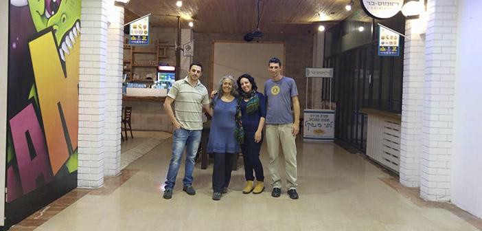 Clientes en el Hummus Bar, un restaurante israelí que ha decidido reunir a israelíes y palestinos