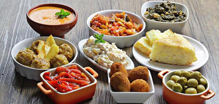 Tapas sobre una mesa como ejemplo de la variedad de tapas que existen en España