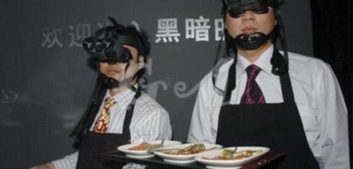 Estos eran los camareros del restaurante The Whale Inside abierto en Beijing en 2007 pero que ya ha cerrado. Los camareros llevan gafas para ver en la oscuridad.