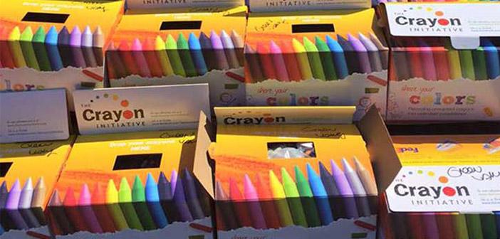 Lápices de colores en cajas preparados para ser repartidos
