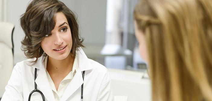 Médico dando pautas a su paciente