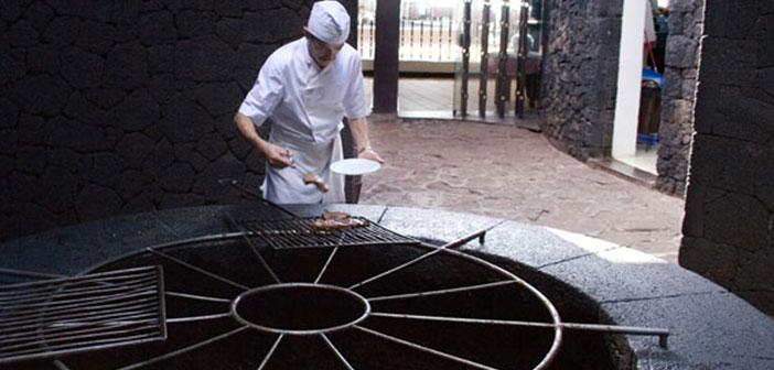 En la isla canaria de Lanzarote se encuentra el restaurante El Diablo, un asador que aprovecha el calor que sale de las profundidades del Timanfaya,