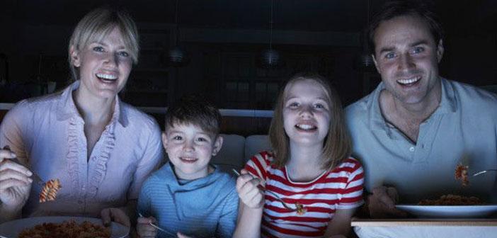 Más de la mitad de la población tiene la televisión encendida durante la comida y hasta un 90% la ve mientras cena