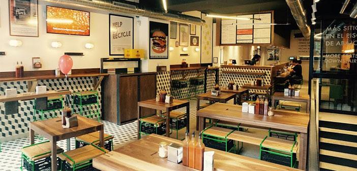 Bacoa Burger, un grupo de establecimientos que ubican contenedores de colores en sus inmediaciones para ofrecer la posibilidad al cliente de que sea él mismo quien deposite sus sobras.