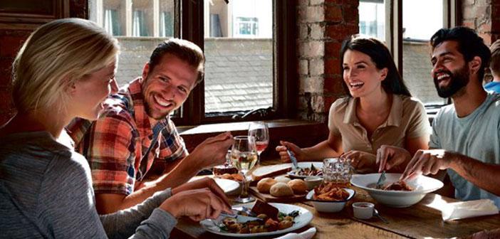 Desde el anfitrión hasta el último camarero, pasando por los cocineros o el propio dueño han de contribuir a generar un buen ambiente en el que el cliente se sienta a gusto y desee volver tan pronto como le sea posible.