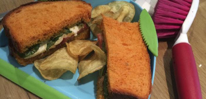 Los dueños debieron pensar que tu sándwich quedaría fenomenal y además el personal de limpieza se ahorraría algo de trabajo.