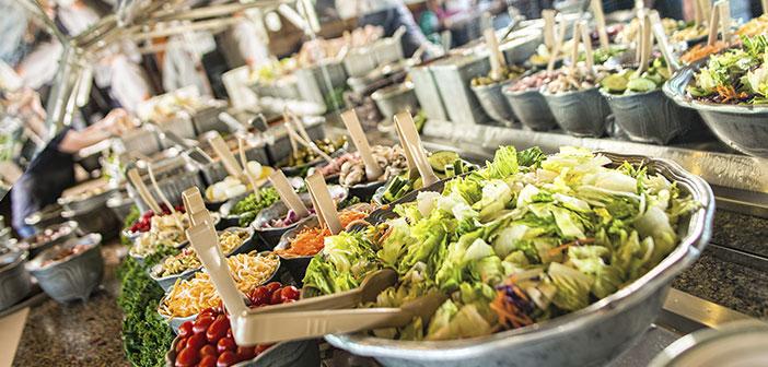 Pedir un entrante como plato principal, como por ejemplo, una ensalada o una crema de verduras, intentando evitar las salsas, tanto en primeros platos como en principales.
