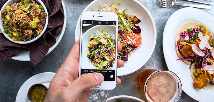 La comida debe presentarse en un plato moderno e iluminado con luz natural.