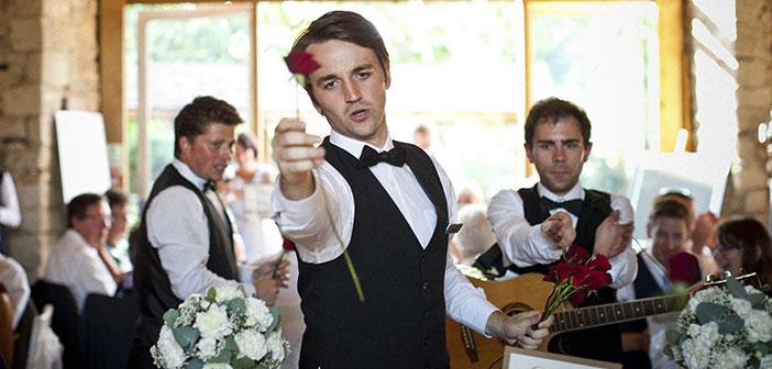 Camareros que realizan además del servicio normal un espectáculo como The Singing Waiters en UK.
