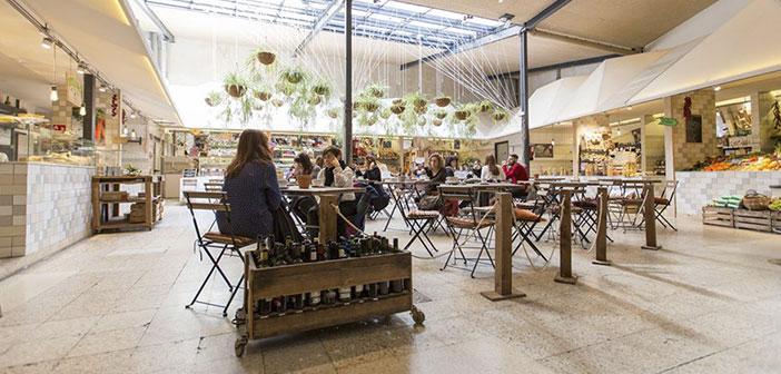 Mercado de comida orgánica que representa la opción de comprar de la tierra a la mesa en Madrid.