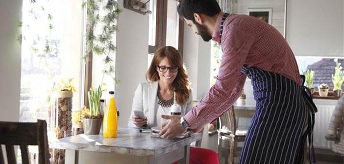 En una situación de espera, un buen camarero se percatará de la situación y te ofrecerá información sobre la bebida o alguno de los platos.