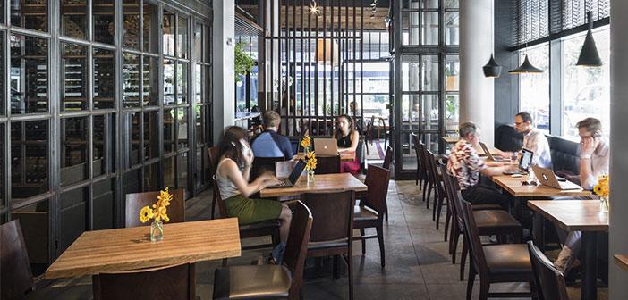 """No es extraño ver a personas que """"montan su oficina"""" en cafeterías, hoteles o restaurantes."""