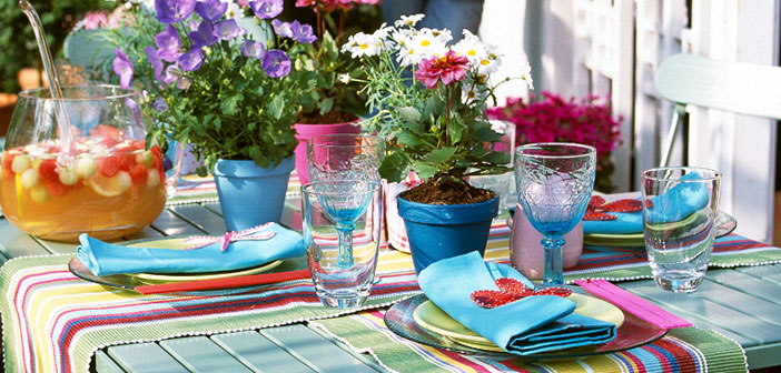 Incorpora platos coloridos con toques de verano o diseños más desenfadados perfectos para comer en el jardín o al aire libre.