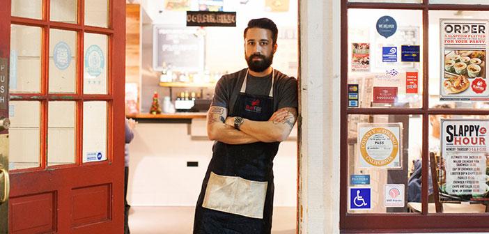 Andrew Gruel , chef y propietario de la cadena de restaurantes Slapfish , responde a unos 50 comentarios online al día , positivos o negativos.