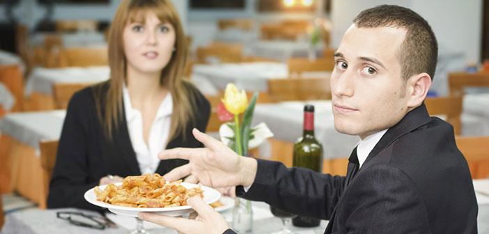 Si se tiene la suerte de que se reciba la queja en el mismo momento, para solventarla se puede cambiar el plato solicitado u ofrecer una invitación extra a lo ya encomendado.