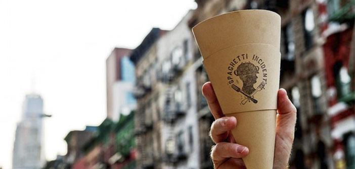 Con el cono de pasta del restaurante de Emanuele Attala, el Spaghetti Incident uno puede pasear por Central Park sin detener su marcha para disfrutar de su comida.