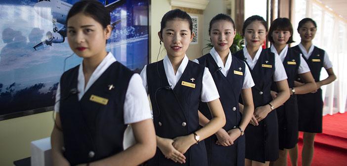 El personal recibe a la clientela en el exterior del avión-restaurante ataviados como azafatas y personal de vuelo.