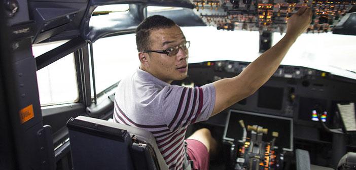Un cliente sentado en la cabina de este Boeing 737 convertido en restaurante.