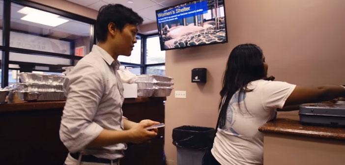 """El joven Lee afirma que """"sólo con la cantidad de comida que se desperdicia es suficiente para erradicar el hambre"""". Por ello, se puso manos a la obra con ayuda de su compañera de universidad Louisa Chen, y fundaron la organización Rescuing Leftover Cuisine."""