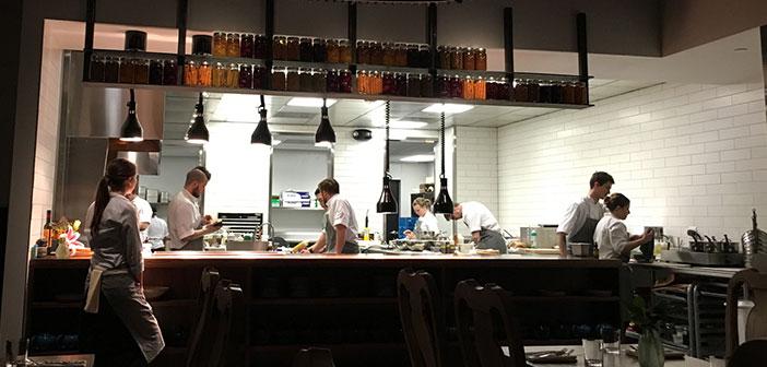 """Cuando una cocina está a la vista el impacto visual genera confianza, y el mensaje subliminal es claro, """"aquí hacemos las cosas bien, y usted puede verlo""""."""