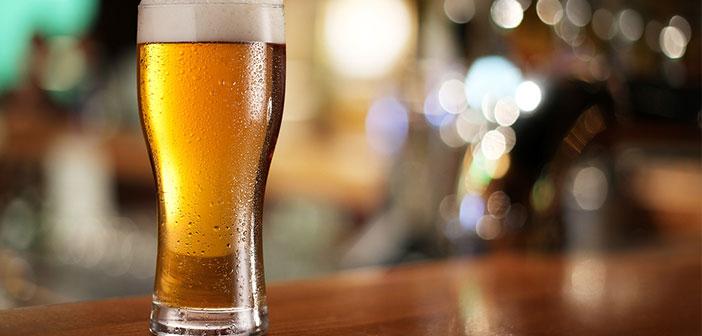 Pedir una copa de vino o un par de cervezas mientras comemos no es nada fuera de lo normal. Pero esta costumbre puede suponer un aumento importante de calorías en nuestra comida cuando la repetimos cada día.