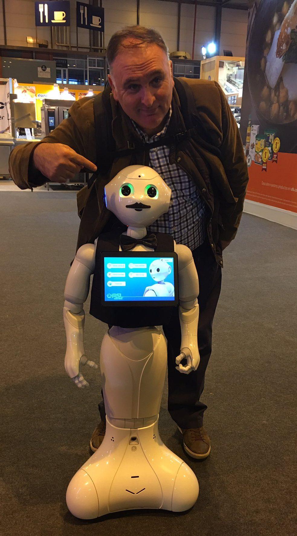 El chef José Andrés y el robot Pepperoni dos de las estrellas de este HIP2017