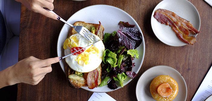 Lo más habitual que se puede encontrar entre las galerías de fotos de foodies son imágenes en las que se fotografía simplemente el plato. Esta es, sin lugar a dudas, la mejor manera de retratar aquello que se come, pero es posible hacerlo también de un modo diferente.