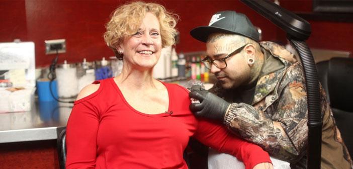 Una apuesta es una apuesta y Denny Mary Post, CEO de la cadena de hamburguesas Red Robin, lo sabía. Por ese motivo, y como además de una profesional es una mujer de palabra, ahora tiene una hamburguesa tatuada en el hombro, para regocijo de toda su plantilla.