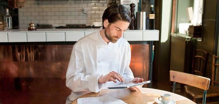 El escandallo facilita la posibilidad de conocer el coste de un plato antes de realizarlo y ayuda a determinar lo que cuesta en total cada ración, a través de la materia prima que se utiliza en su elaboración.