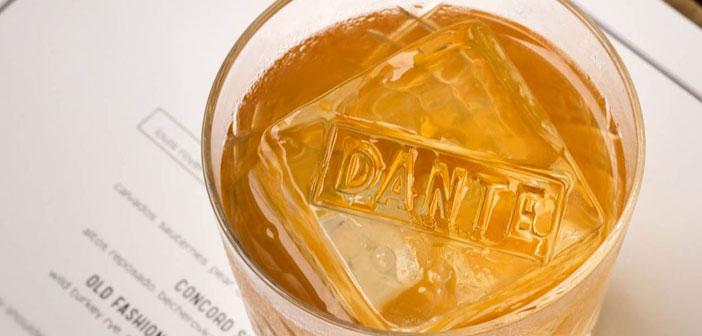 Por otro lado, el bar Dante, también afincado en el Greenwich Village de Nueva York, se ha decantado por marcar los cubitos de hielo de sus bebidas.