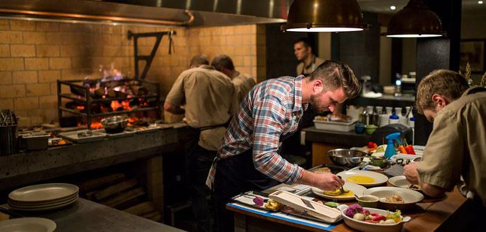 La competencia en el sector de la restauración se hace cada vez más intensa y tener tu restaurante lleno cuesta más. En España, contamos con 270.000 establecimientos registrados y un bar por cada 175 personas. Según la consultora Nielsen este año 2017 se van a abrir un 2,6% más de bares que el año pasado.