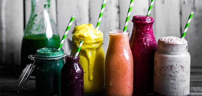 Los smoothies son una bebida a base de yogur natural, pudiendo ser con o sin azúcar y con frutas frescas. En algunas ocasiones, se le añade leche para que la preparación quede algo más líquida.