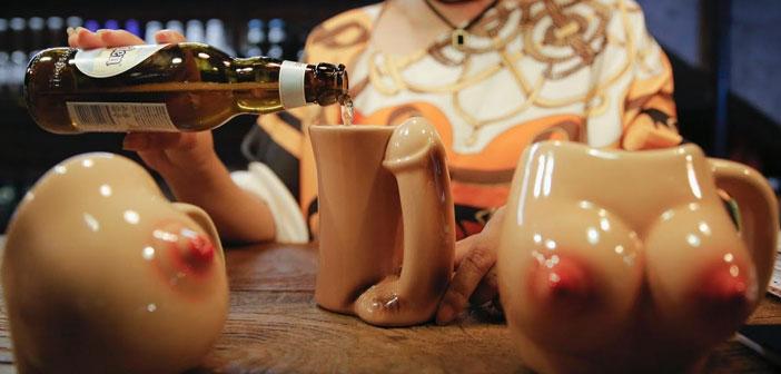 Los vasos tienen forma de mamas femeninas y los abridores la tienen de pene, lo que transmite la clara intención erótica del local. Los camareros visten con uniformes con pechos de goma y varios motivos sexuales y la propietaria quiere incluir la opción de poder azotarlos, algo que aún no ha incorporado.