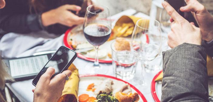 Actualmente una gran cantidad de comercios, ya sean restaurantes o no, tienen presencia online, pues es algo que está a la orden del día. Por ejemplo: las redes sociales, a través de estas el restaurante puede darse a conocer. Además, teniendo una plataforma online se podrán gestionar otra serie de factores, como las reservas.