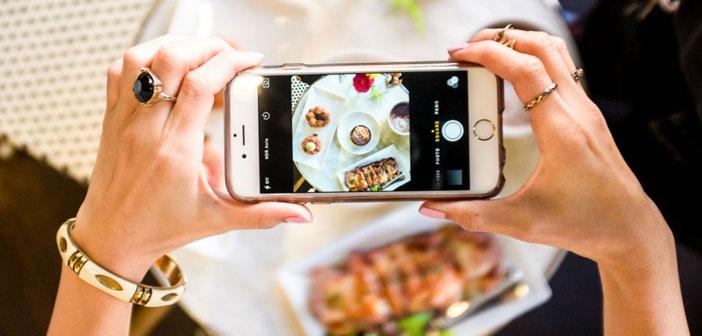 Cada vez es más habitual ver a clientes pedir las mesas cercanas a las ventanas pensando en la calidad de sus fotografías. A falta de réflex, los smartphones de hoy en día incorporan objetivos realmente luminosos que ayudarán en la tarea.