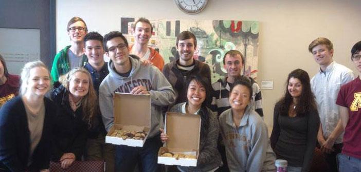 Estudiantes con sus pedidos de galletas insomnia cookies