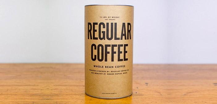 Régulier donne un service coffe spécial avec des paquets de café remis en personne
