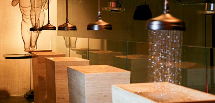 Miami, Floride: Les salles de bains ont des robinets montés sur le plafond et sont activés par des capteurs de mouvement, et des pièces d'artistes de renom Randy Cooper.