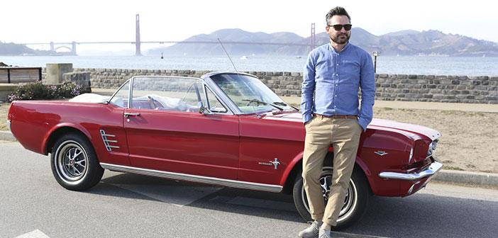 Fredrik Pferdt posando con su Mustang en San Francisco.