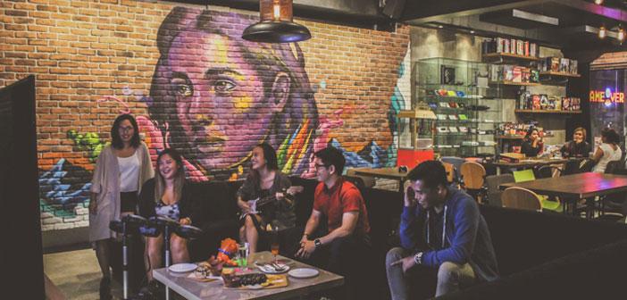 Game Over es su nombre, un restaurante ambientado en clave urbana. Un espacio recreativo, plagado de nuevas tecnologías, en donde los clientes tendrán a su disposición grandes espacios con ordenadores de mesa, videoconsolas PS4 y varias Nintendo Wii.