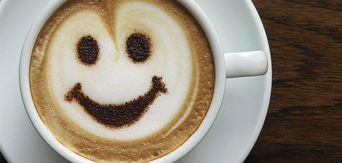 Lattes appliquées dans l'art pour des visages souriants dans la boisson finale de vos clients.