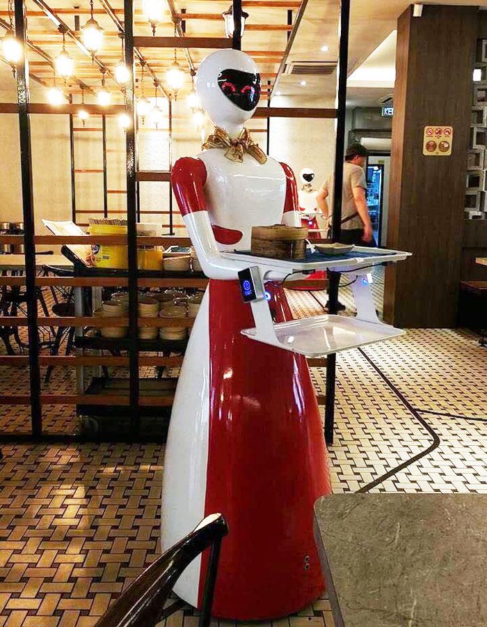 L'entrée des robots dans le local n'a pas été exempt de friction. Alors que le restaurant habituel était pas opposé à l'idée, Si vous avez remarqué, ils attendent l'utilisation extravagante de cette technologie n'a toujours pas d'effet sur les prix des boissons.