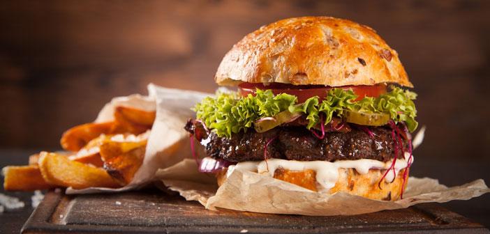 El lunes 28 es el Día Internacional de la Hamburguesa. Este plato universal ha experimentado un gran auge entre la población, especialmente, la Generación Z, los milenials y, como es habitual, los más pequeños de la casa a los que siempre acompañan familiares. Eso por no hablar de la hamburguesa gourmet, que se extiende por todo tipo de cartas en toda clase de locales.