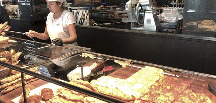 El material que predomina en cualquier expositor que trabaja un producto de calidad es el normal, y la pizza al taglio va siempre sobre base de madera.El mármol es sinónimo de lujo, de calidad y lo trabajan con una gran variedad de importación y con unos colores espectaculares.Los expositores siempre muy bien iluminados.