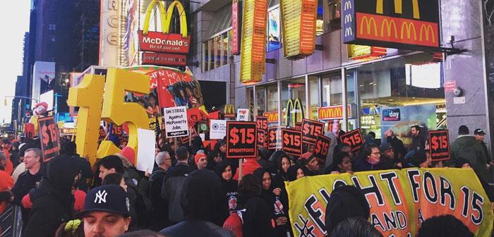 Por ello, aunque grupos como Fight for 15$, conformado principalmente por trabajadores asociados a establecimientos de comida rápida donde apenas se ven propinas y se hace gala de salarios realmente bajos, apoyan la iniciativa.